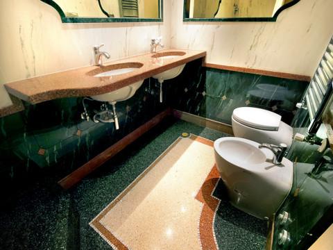 Bagno in graniglia di marmo con complementi di arredo in mosaico e granulato