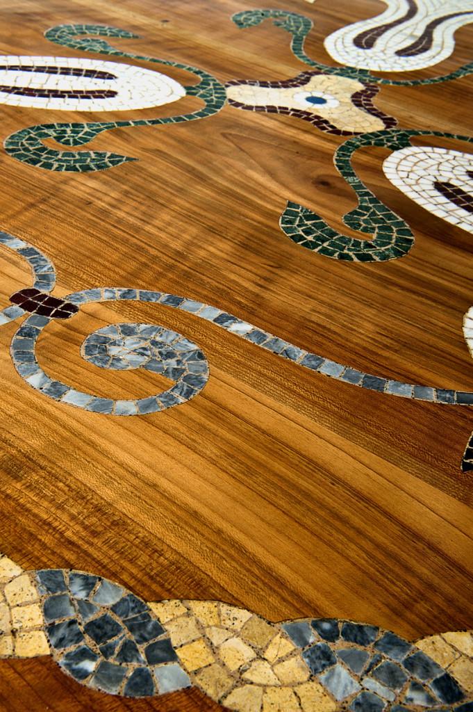 Mosaico in marmo ad intarsio nel legno di ciliegio – Vigo Mosaici