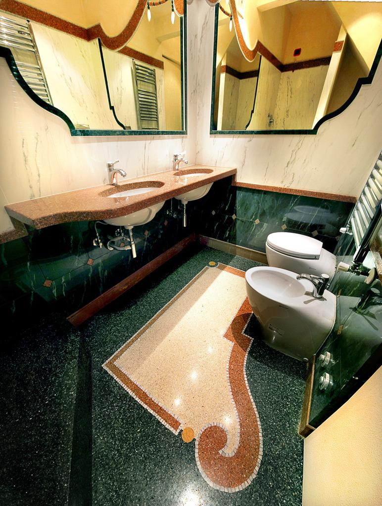 Bagno in graniglia di marmo con complementi di arredo in for Complementi di arredo bagno